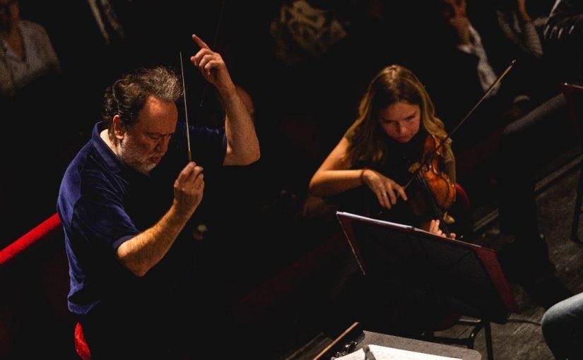Chailly dirige Sibelius: concerto con il violinista armeno Emmanuel Tjeknavorian